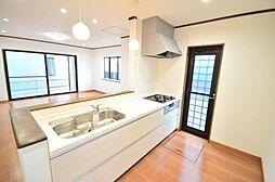 キッチン人大天板のキッチンに新品交換いたしました。カウンターキッチンなので、ご家族のコミュニケーションの立役者になりそうですね。