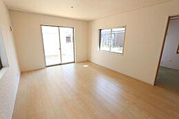 南向きの明るいリビングは和室と合わせて21帖の大きな空間です。