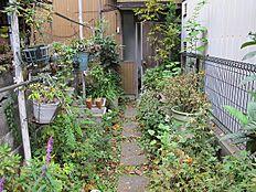 ゆったりと流れる浅川近くの売地、建築条件ありません。駅、図書館、コンビニ徒歩圏です。駐車スペースあります。引渡し即可。古家あります。