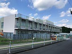 鶴川第一小学校まで831m