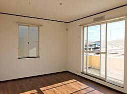 二階洋室。ルーフバルコニーに面しているため日当たり良好です。