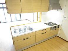 リフォーム済。ハウステック製システムキッチン(幅2550mm)に交換済み。対面キッチンになりましたのでお子様を見守りながらお料理できますね。