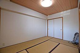 こちらがリビングに併設された和室です。リビングに比べ、1段床が上がっています。