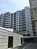 マンション敷地内には駐車場・駐輪場・バイク置き場がございます。