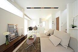 ご家族みんなが集まるリビングにはデザイン性の高い窓をバランスよく設けることで、採光豊かな開放感あふれる空間に。建物プラン例 建物価格1755万円、建物面積89.26m2