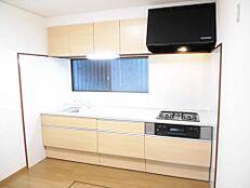 リフォーム済キッチンは新品にシステムキッチンに交換しました。前面収納引き出しタイプですので調理器具等も楽に見つけられます。