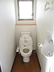 トイレ。窓も付いてるので明るくスッキリとしたトイレです。採光や通風抜群です。独立型手洗い器も設置されており、手を洗うときに水がはねにくくお掃除しやすいですね。