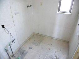 現在リフォーム中 洗面脱衣所写真です。新品のノーリツ製洗面化粧台に交換する予定です。天井と壁のクロスを張り替えて、床はクッションフロアに張り替える予定です。