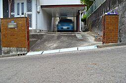 坂がさがっていて、勾配がきつくなるので、建物の配置と駐車スペースの造成計画に工夫が必要です