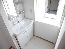 リフォーム済み。ジャニス社製の洗面化粧台に交換し、天井、壁のクロスを張り替え、床はクッションフロアーに張り替えました。洗濯機用蛇口は新品に交換済みなので、新居でのお洗濯も気持ちよくできます。