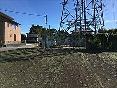 敷地隣地に鉄塔がございます