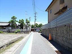 南側前面道路。幅約3mですが、間口が約8mあるので安心です。(2018年6月13日撮影)