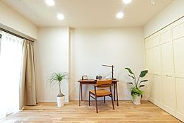 リビング横の洋室はクローゼット付。寝室としても、リビングの延長スペースとしても使えます