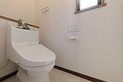小窓から優しい光の入るトイレは落ち着ける個室です。棚にちょっとした小物も飾れます