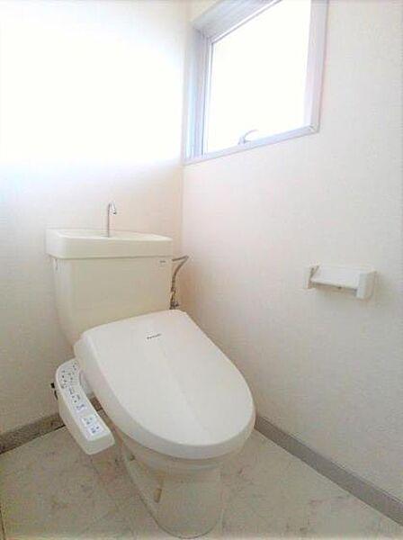 ロイヤルコーポヨコタの清潔感のあるトイレ