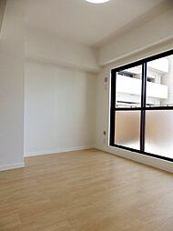 東側洋室。南側の3枚建の掃出し窓から採光できます。