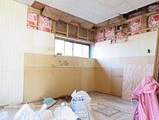 北側に窓があるキッチン部分は、壁・天井クロス貼替、床フロア重ね張りしEIDAI製 I型システムキッチンに新品交換します。