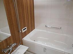 ガス温水式浴室暖房乾燥機付の浴室。浴槽の脇の壁には手摺が設けられています
