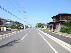 前面道路の様子です。歩道を含め幅16mの道路です。
