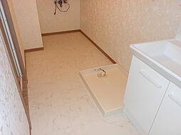 タオル等も置くスペースもあるゆとりある洗面室