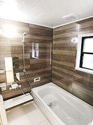 ワイドバスタブ、新規交換済のきれいな浴室。