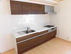 リフォーム済幅2700ミリの永大産業製のキッチンを設置しています。天板は傷がつきにくい人工大理石です。薄型のレンジフードがついています。