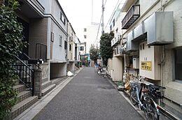周辺は静かな住環境です。駅前には商店街も充実し、お買い物など日々の生活に便利な立地です。