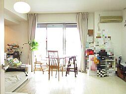 明るい陽射しが射し込む約15.9帖のリビングダイニングキッチン。ガス温水式床暖房有り。