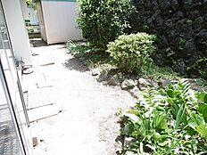 庭の写真です。現在の古家が建っていても、前面建物とスペースがありますので、陽当たり良好です。