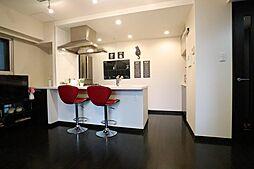 居間(約8帖のリビングには、対面式キッチンが採用されています)