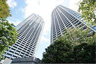 外観(「新橋」駅徒歩8分に位置する分譲ツインタワーマンション)