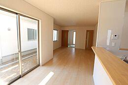 和室と合わせて22.5帖の大きな空間です。お客様が大勢いらしても、ゆったりおくつろぎ頂けます。