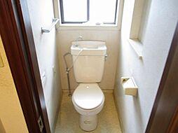 現在リフォーム中 1階トイレ写真です。新品のTOTO製温水洗浄便座付きトイレに交換する予定です。天井と壁のクロスを張り替えて、床はクッションフロアに張り替える予定です。