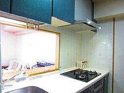 明るい陽射しが射し込む約3帖の対面システムキッチン
