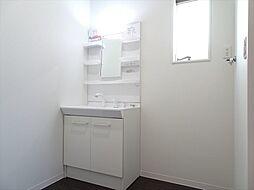 洗面室建築施工例洗面室は床材にもこだわり、浴室と合わせた配色に。汚れも目立ちにくいですね。