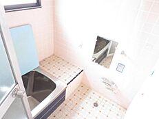 冬寒いタイルの浴室は解体撤去し、ハウステック製 新品ユニットバス1坪タイプに交換します。追い焚き機能付きにするので、家族の入浴時間が違っても安心ですね。