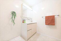 洗面化粧室リフォーム完了後の洗面化粧室です。照明を新品交換しました。1坪の広さがあるので、広々使えて嬉しいですね。