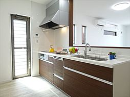 キッチン建築施工例出し入れしやすいスライド収納・丈夫で扱いやすいステンレスシンク。さらにIHコンロのため日々のお手入れもらくらくです。