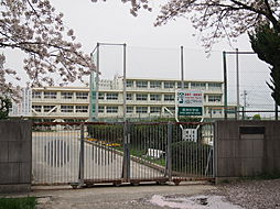 清洲中学校:生徒約600人 学級:20 校訓「強く正しく優しく明るく至誠の人となれ」命を大切にし実践力に富み 豊かでこれらの社会に必要とされる生徒育成 徒歩 約2分(約147m)
