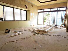 南側と東側に窓があるLDK20帖は、壁・天井クロス貼替、床フロア張り替えます。家族が集まる空間なので快適に過ごせる様、富士通製エアコン新設します。