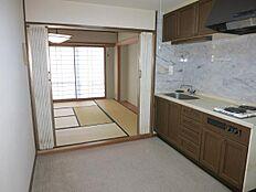 ホールの奥には、10畳の和室があり、その奥にはバルコニーと続いています。