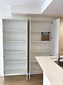キッチンの横には大容量の壁面収納があります