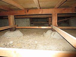 住宅の瑕疵(雨漏り、構造部分の欠陥や腐食など)は弊社が引渡しから2年間保証します。その前提で床下まで確認の上でリフォームし、シロアリの被害調査と防除工事を行いました。