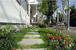 アプローチには植栽を上、色とりどりの色調が楽しめます。季節を感じさせるお花など植えて、日常を目で楽しめる空間にしてみてはいかがでしょうか。休日のお手入れはご家族揃ってやるのもいいですね。