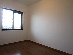 4.9帖洋室:北側の廊下から中が見えないようにすりガラスになっていますが、しっかりと明るさを届けてくれる大きめの窓。防犯対策もしっかりとされているので安心して過ごすことが出来ます。(同日撮影)