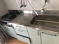 キッチンです。収納スペースもございます。