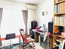 約5.8帖の洋室は、書斎や趣味のワークスペースとしておすすめの一室。