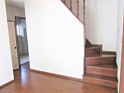 玄関から入って目の前の廊下、階段になります。床材、壁紙、照明、それぞれリフォーム予定です。