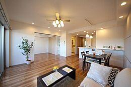 南東向きで陽当り良好家具付きのリノベーションマンションです