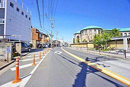 前面道路は幅約8.8mありゆとりがあります。